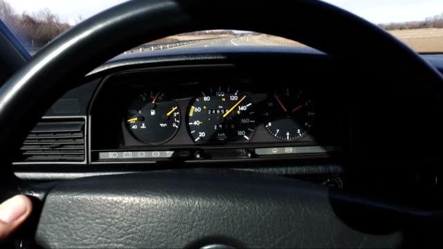 man kör vintage bil på motorvägen - bilperspektiv bildbanksvideor och videomaterial från bakom kulisserna