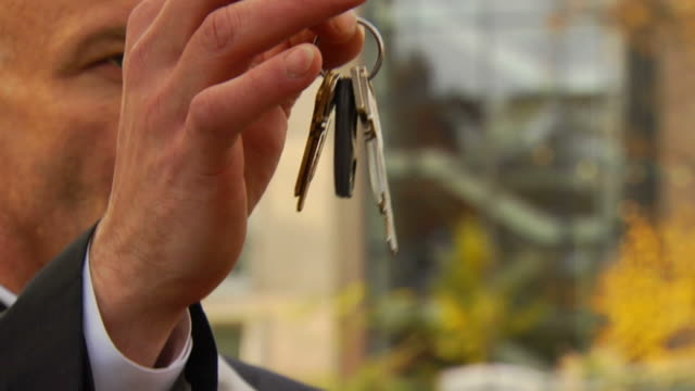 stockvideo's en b-roll-footage met man drops keys - close up - minder dan 10 seconden
