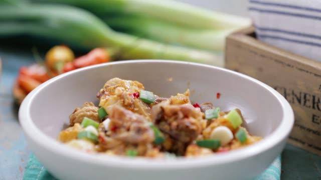 menschen essen rind und kuh-haut-curry-eintopf - vegetarisches gericht stock-videos und b-roll-filmmaterial