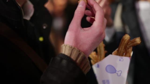 mann eseat churros - schnellkost stock-videos und b-roll-filmmaterial