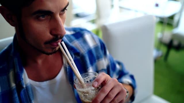 vídeos de stock e filmes b-roll de man enjoying his coffee break - café gelado