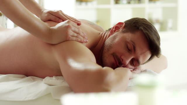 man njuter av massage - massageterapeut bildbanksvideor och videomaterial från bakom kulisserna