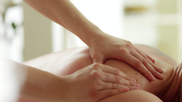 stockvideo's en b-roll-footage met man genieten van massage - masseren