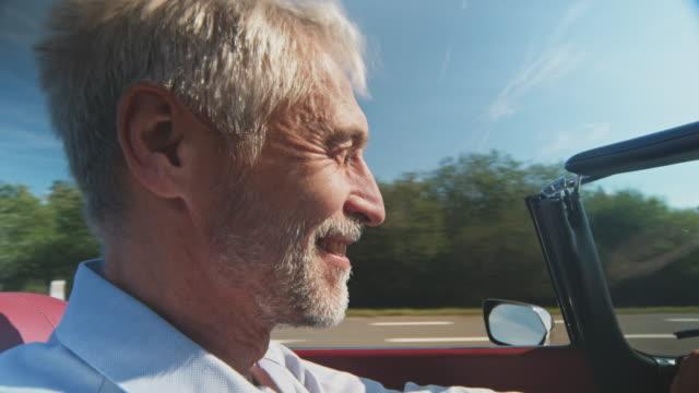 vídeos de stock, filmes e b-roll de homem que aprecia o carro do vintage no verão - veículo terrestre