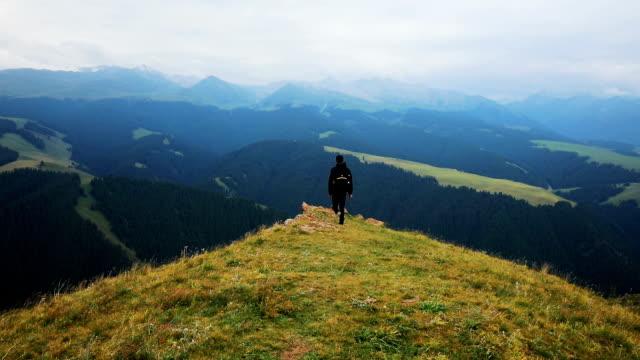 vídeos de stock e filmes b-roll de man enjoys beautiful landscape of mountain - linha do horizonte sobre terra