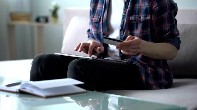 mann, die eingabe von kreditkarten-daten in tablet, zahlen für flugtickets, buchen - eine reservierung vornehmen stock-videos und b-roll-filmmaterial