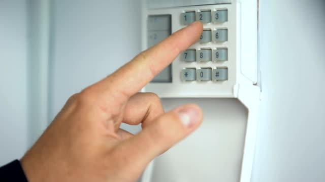 mann eingabe passwort auf hauptsicherheitssystem, raub schutz, nahaufnahme - zahlentastatur stock-videos und b-roll-filmmaterial