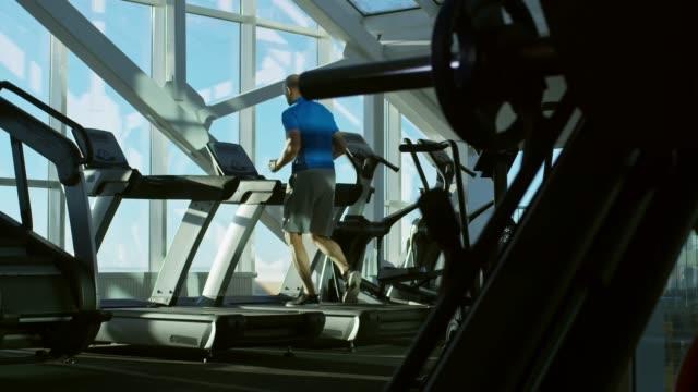 mann, die ausübung in der turnhalle - fitnessausrüstung stock-videos und b-roll-filmmaterial