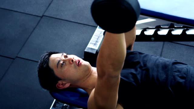 stockvideo's en b-roll-footage met man uit te oefenen op de sportschool, slow-motion video - fitnessapparaat