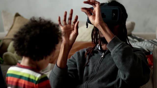 vídeos y material grabado en eventos de stock de hombre experimentar realidad virtual con auricular vr - copiar