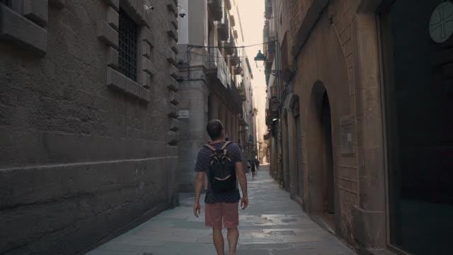 man exploring a city in summer. - турист с рюкзаком стоковые видео и кадры b-roll