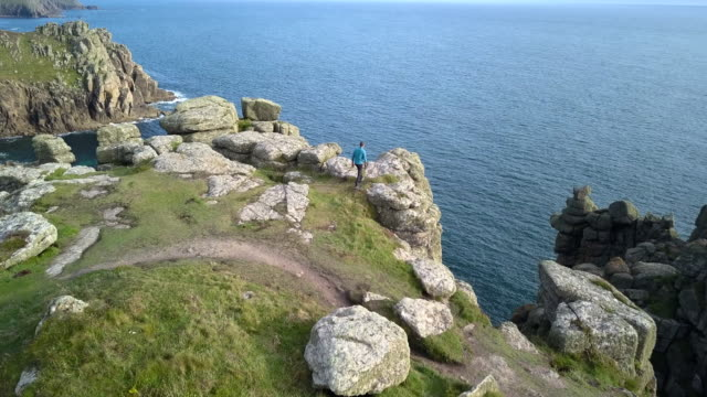 Homem a explorar a natureza selvagem no Reino Unido - Cornwall. Vídeo de 4K - vídeo