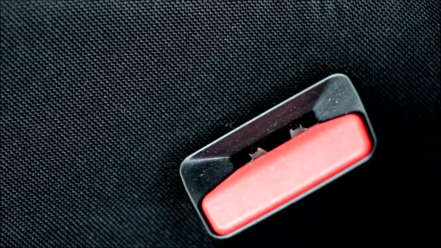 Mann Anbringung der Sicherheitsgurt im Auto – Video