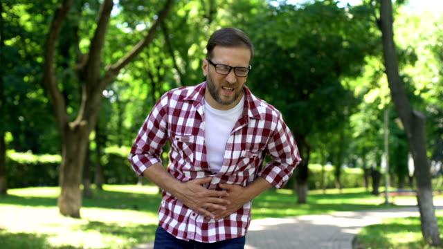 mann fühlt, magenschmerzen, gastritis symptom, verdauung krankheit, gesundheitswesen - bauch stock-videos und b-roll-filmmaterial
