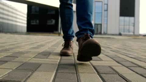 l'uomo piedi nelle scarpe da vicino camminando in avanti sulla strada - abbigliamento casual video stock e b–roll