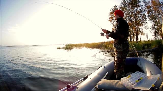 uomo di pesca sul lago - spranga video stock e b–roll