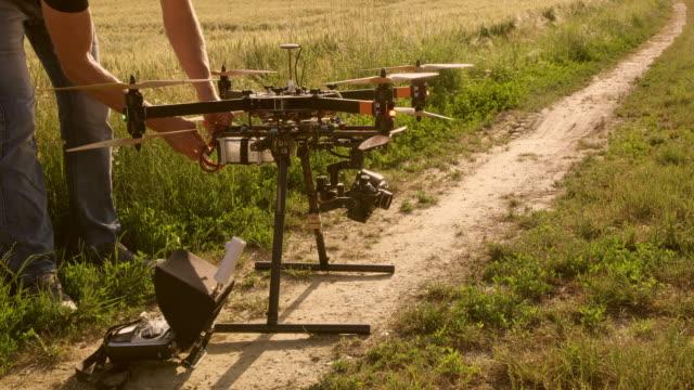 vídeos de stock, filmes e b-roll de homem de ds fixação estabilização para uma câmera em um zangão - quadricóptero