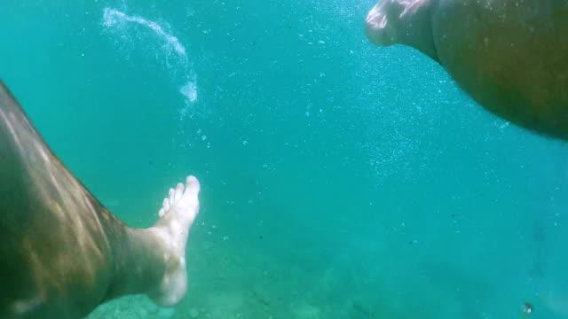 Mann auf dem Wasser treiben – Video