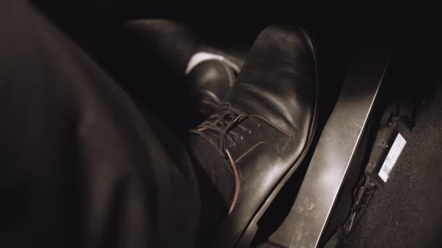 人間の足は、車のアクセル ペダルを押します。在庫があります。アクセル ペダルに足をプッシュします。 ビデオ