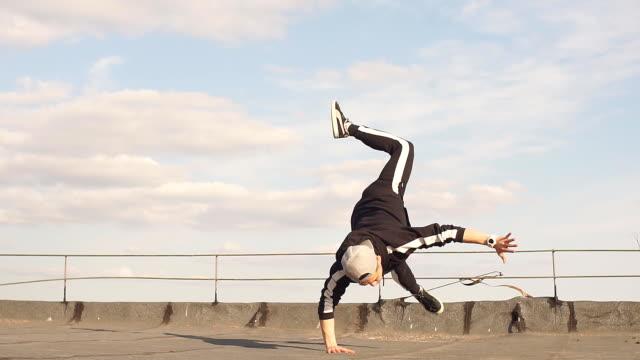 vidéos et rushes de homme freestyle hip hop dansant sur le toit - hip hop