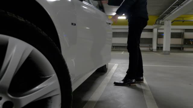 ガレージに駐車していた車へ男を取得します - 入る点の映像素材/bロール