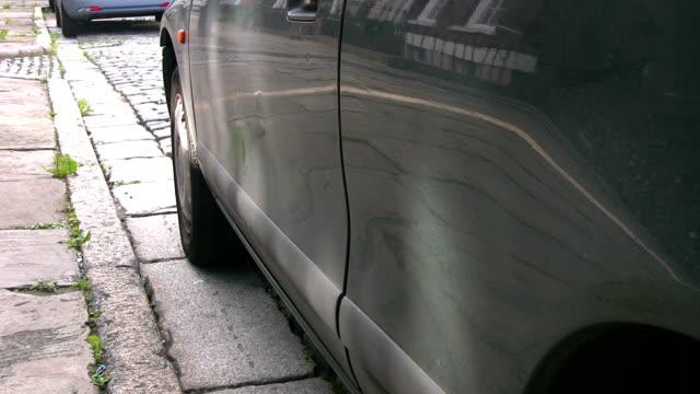 """uomo va sul lato passeggero del verde """"auto. - sportello d'auto video stock e b–roll"""