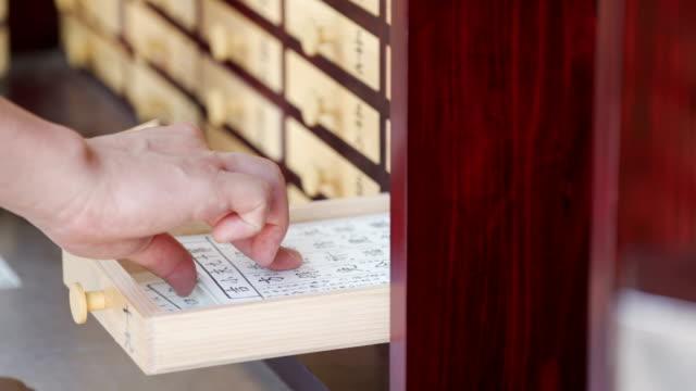 財産紙を手に入れた男が引き出しを作る - 習字点の映像素材/bロール
