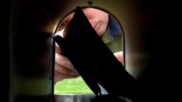 vídeos de stock e filmes b-roll de homem receber correio - correio