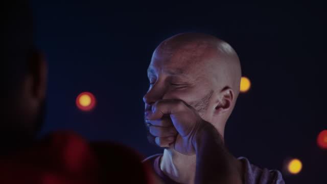 vídeos y material grabado en eventos de stock de slo mo ld hombre recibiendo un puñetazo en la cara y girando la cabeza - puñetazo