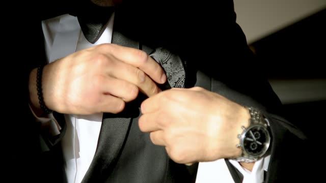 vídeos de stock, filmes e b-roll de homem que começ pronto para o casamento - moda de casamento