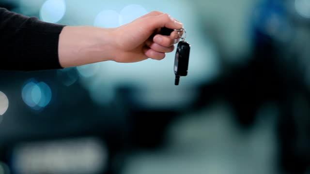 man give a cars keys the girl - vendere video stock e b–roll