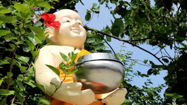 uomo dà donazione a chubby monaci statua - buddha video stock e b–roll