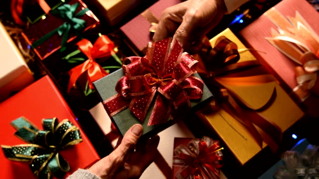 女性へのクリスマス プレゼントを与える男 - クリスマスプレゼント点の映像素材/bロール