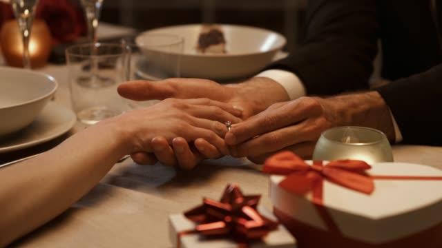 stockvideo's en b-roll-footage met man die een verlovingsring geeft aan zijn vriendin - ring juweel