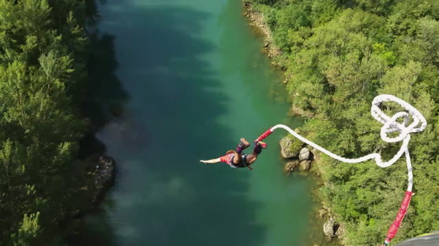 td man goes bungee jumping - bungee jumping video stock e b–roll