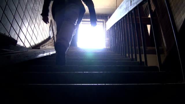 mann geht auf dem dach - dachboden stock-videos und b-roll-filmmaterial