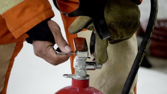 man griper en brandsläckare - värmepump bildbanksvideor och videomaterial från bakom kulisserna