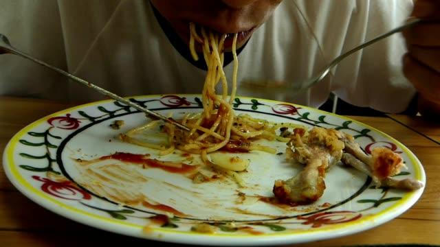man greedy eating spaghetti - węglowodan jedzenie filmów i materiałów b-roll