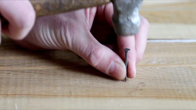 man hammering nail - hammare bildbanksvideor och videomaterial från bakom kulisserna