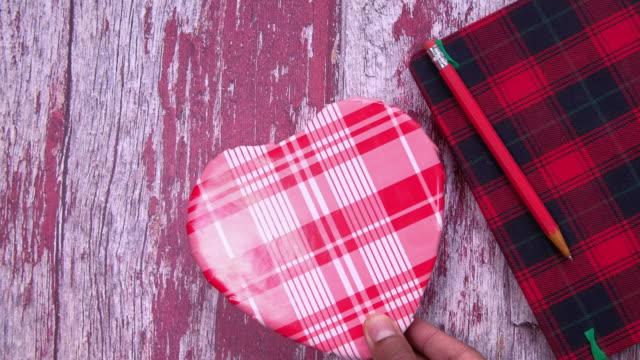 man hand ta presentförpackning på bordet - recycling heart bildbanksvideor och videomaterial från bakom kulisserna