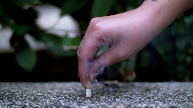 cu: man hand krossar och släcka sin cigarett - släcka bildbanksvideor och videomaterial från bakom kulisserna