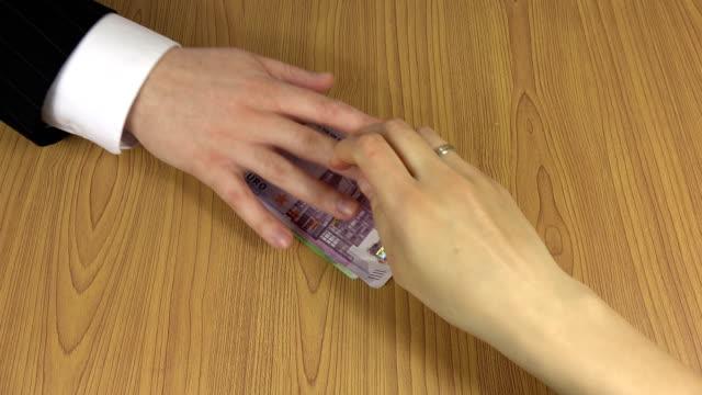 man hand ge gäng euro sedlar mbe för kvinnan. 4k - dirty money bildbanksvideor och videomaterial från bakom kulisserna