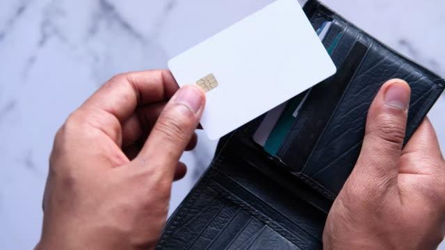 男人用手從錢包里拿出信用卡。 - 銀包 個影片檔及 b 捲影像