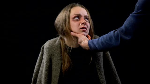 vídeos y material grabado en eventos de stock de mano de hombre teniendo cara mujer llorando con contusiones esclavitud sexual violencia doméstica - human trafficking