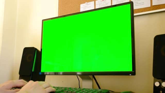 オフィスでクロマキー グリーン画面モックアップを使ってデスクトップ コンピューターに取り組んで人間手 - pc 画面点の映像素材/bロール