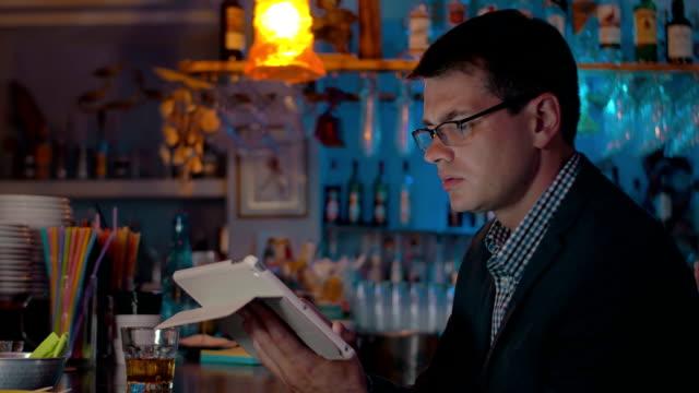 mann, trinken und arbeiten mit auflage in der bar - turngerät mit holm stock-videos und b-roll-filmmaterial