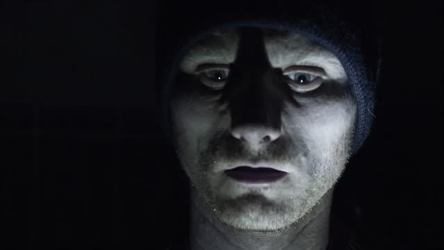 человек having паранойя - conspiracy стоковые видео и кадры b-roll