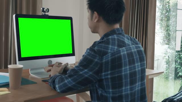 緑色の画面でビデオ会議通話を持っている人 - オンライン会議点の映像素材/bロール