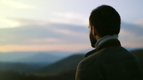 escursionista uomo che guarda in lontananza - guardare in una direzione video stock e b–roll