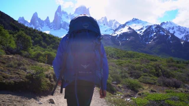 stockvideo's en b-roll-footage met mens die dichtbij de berg van fitz roy in patagonië wandelt - sneeuwkap